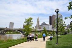 Scioto mil, i i stadens centrum Columbus, OH Royaltyfri Bild