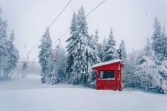 Sciovia vuota e costruzione di legno alle precipitazioni nevose immagine stock libera da diritti
