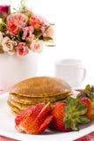 Sciroppo di acero del pancake sulla parte superiore con caffè Immagini Stock Libere da Diritti