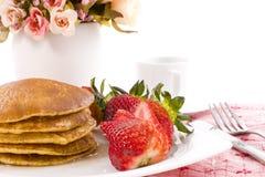 Sciroppo di acero del pancake sulla parte superiore con caffè Immagine Stock