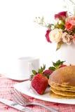 Sciroppo di acero del pancake sulla parte superiore con caffè Fotografia Stock