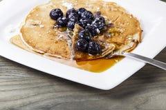 Sciroppo di acero dorato con i pancake del mirtillo Fotografia Stock Libera da Diritti