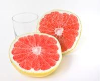Scissione mezza, pompelmo maturo e organico con vetro. Immagini Stock