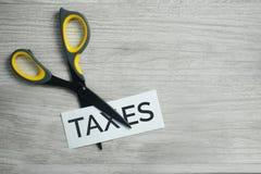 Scissor o corte dos impostos da palavra fotos de stock