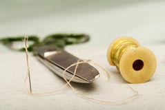 Scissors Garnrolle, messende Bänder und natürliches Gewebe Nähendes Gewebe oder Stoff Arbeitstabelle ein Schneider Lizenzfreie Stockbilder