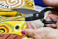 Scissors Nahaufnahmeausschnittgewebe stockbild
