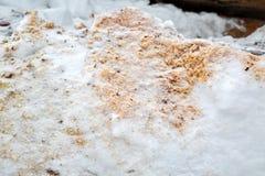 Sciure en bois sous la neige Classements en congère Plan rapproché de texture d'hiver paillis images stock
