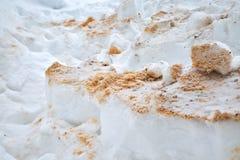 Sciure en bois sous la neige Classements en congère Plan rapproché de texture d'hiver paillis photo libre de droits