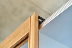 Scivolamento della porta del guardaroba Montaggi dell'inaugurazione di un nuovo prodotto Dettaglia la produzione del legno Fotografia Stock Libera da Diritti