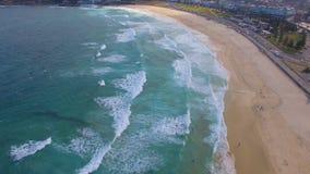Scivolando vicino alle onde in spiaggia di Bondi stock footage