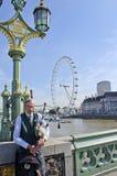 Säckpipeblåsare på den Westminster bron Arkivbild