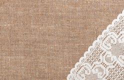 Säckvävbakgrund med den spets- torkduken Arkivbild