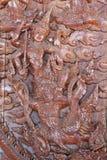 Sclupture de cinzeladura de madeira do desempenho de Ramakien no meio da floresta do céu Imagens de Stock