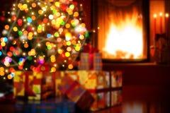 Scène d'Art Christmas avec les cadeaux et la cheminée d'arbre Photo stock