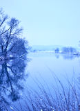 Scène d'hiver à une rivière Photos libres de droits