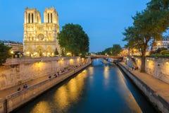 Scène de nuit de Notre Dame de Paris Cathedral Photographie stock libre de droits