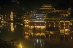 Scène de nuit de pagoda à la ville antique de Fenghuang Image libre de droits