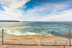 Scène de parking dans le grand ferry faisant face au ciel bleu l'heure d'été, Washington, Etats-Unis Images stock
