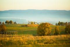 Scène ensoleillée paisible de pays d'automne Photos stock