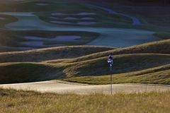 Scène idyllique de trou de terrain de golf Images libres de droits