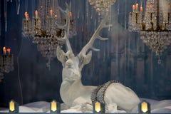 Scène saisissante dans le thème du pays des merveilles d'hiver de la fenêtre Saks Fifth Avenue NYC, 2015 de devanture de magasin Photos stock