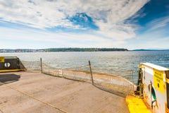 Scène van parkeerterrein in grote veerboot die aan de blauwe hemel op de zomertijd onder ogen zien, Washington, de V.S. Stock Foto's