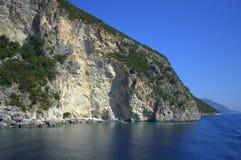 Scogliera blu del mare Fotografia Stock