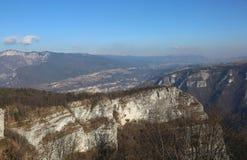 Scogliera con roccia e foresta nelle montagne nell'inverno Fotografie Stock