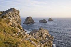 Scogliera dal litorale sopra il mare fotografia stock