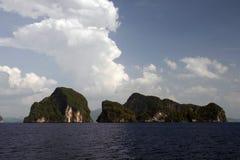 Scogliera del calcare delle isole del mare delle Andamane, Tailandia Fotografie Stock
