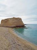 Scogliera dell'arenaria sulla bella spiaggia di sabbia con il mare w del turchese immagine stock