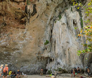 Scogliera della montagna del calcare alla spiaggia di Railay in Tailandia Immagini Stock Libere da Diritti