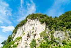 Scogliera della montagna della roccia con cielo blu Fotografie Stock