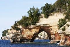 Scogliera della roccia alle rocce descritte Fotografie Stock
