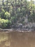 Scogliera della roccia dal fiume fotografia stock