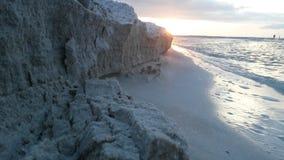Scogliera della sabbia su una spiaggia Fotografia Stock