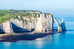 Scogliera di Aiguille Etretat sulle scogliere del calcare e del mare Immagine Stock