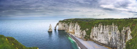 Scogliera di Etretat Aval e punto di riferimento ed oceano delle rocce La Normandia, Fran Fotografia Stock