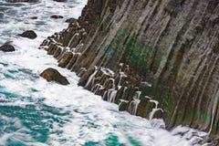 Scogliera di Gatklettur con le colonne del basalto dell'origine vulcanica, occidentali Fotografia Stock Libera da Diritti