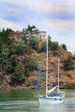 Scogliera domestica e ripida, barca a vela Fotografia Stock Libera da Diritti