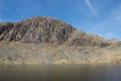 Scogliera drammatica e rupe rocciose sopra un lago il Tarn della montagna immagine stock libera da diritti