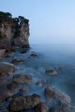 Scogliera e spiaggia al tramonto Immagine Stock Libera da Diritti