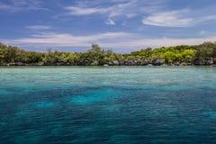 Scogliera ed isole basse fotografia stock