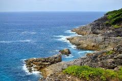 Scogliera ed oceano blu Immagini Stock