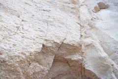 Scogliera enorme della roccia sedimentaria del calcare - struttura minerale geologica dell'estratto fotografia stock libera da diritti