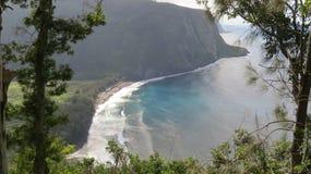 Scogliera enorme hawaiana con la cascata minuscola Fotografia Stock