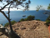 """Scogliera fantastica di ibiza del hort di Cala d """" vista del mare cristallino del ‹del †del ‹del †il mar Mediterraneo immagine stock"""