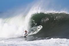 Scogliera McIntosh che pratica il surfing alla conduttura in Hawai Fotografia Stock