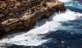 Scogliera molto alta su mare agitato con le onde Immagini Stock