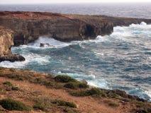 Scogliera molto alta sul mare con le onde Fotografia Stock